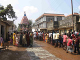 see the crowd of devotees.jpg