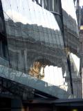 REFLECTION DE L'ARC DE TRIOMPHE SUR LIMMEUBLE DE DRUGSTORE PUBLICIS