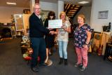 Cheque van St Kringloop Vianen aan St Leerwerk Vianen