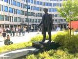 Jens Evensen på sokkel utenfor UD foto Eirik Grant Urquhart Furre