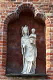 Katelijnestraat 86 (hotel Ibis) - staande Maria met Kind (koningin)