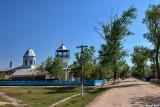 La rue principale de Periprava avec son église