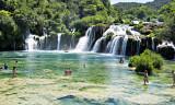 de rivier de Krka  stroomt via de waterval in een stil meer waarin liefhebbers kunnen zwemmen