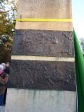Utrechtse beeldhouwer Theo van de Vathorst geeft uitleg over de plaquette