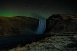 Polarlichter über dem Skógafoss