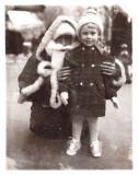 Corinne Clergeaud devant le Prisunic 1964
