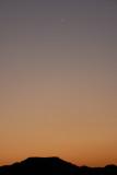 Coucher du soleil sur les montagnes avec croissant de lune