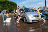 Ichtus wast auto's  en bakt poffertjes