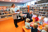 Burgemeester Frölich leest voor tijdens het ontbijt