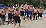 Prisutdelning efter en Strongman-tävling på stranden. Förutom muskler verkar skägg och mage vara nödvändiga attribut!