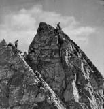 Trois grimpeurs sur une arête