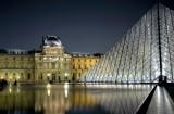 Le Louvre la nuit.