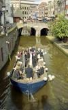 Les invités d'un mariage se déplaçant en barge sur un des canaux d'Utrecht