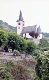 Église bordée de vignobles