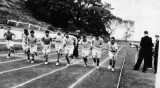 1950 - DICKIE DOYE, HAWKE SPORTS DAY, START OF 1 MILE RACE, BARWICK, 46 MESS, TALLEST IN THE MIDDLE WON.JPG