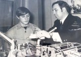 1972, 27TH JUNE - TOMMY MURRAY, 35 RECR., RECEIVING INSTRUCTION FROM P.O. ALLAN WHO IS POINTING TO AN OROPESA FLOAT N