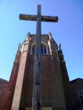 2020, APRIL - JIM WORLDING, PHOTO OF THE GANGES CROSS OUTSDIE GUILDFORD CATHEDRAL, SHOWING THE PLAQUE ABOVE ITS BASE, SEE BELOW