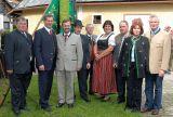 Organisatoren und Ehrengäste vor der neu renovierten Bauernbund-Bezirksfahne