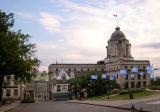 Smaller building is Musée du Fort (exhibits of Québec's military history). Bigger building is the post office (bureau de poste).