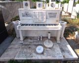 PA030023_pianotomb