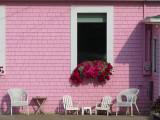 Meubles blancs sur fond rose
