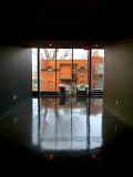 deux fauteuils devant la fenêtre