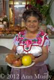 Felicita con un plato de fruta