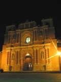 Vista Nocturna de la Iglesia Catolica