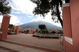 Parque Central, al Fondo Volcan De Agua