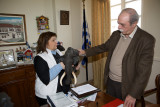 Prof. Evangelia Tsoukala handing over one of the models to the mayor of Siatista