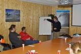 Wil Borst van het Havenbedrijf Rotterdam doet een stuk van de briefing in het PUMA-kantoor
