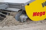 Zo gaan de messen van de clean machine door het zand