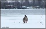 Pêcheur sur glace, plein d'espoir pour son souper.