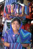 Las niñas vendedoras de artículos autóctonos de Panajachel, llevan toda su mercadería sobre sus cabezas.
