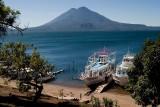 El majestuoso lago Atlitlan rodeando al volcán San Pedro.