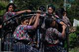 : Mujeres viajando hacia el mercado