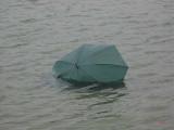 Hoppla paraply i sjön...
