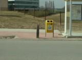 -1- Belle entrée en matière pour une piste cyclable. Le rire est jaune, comme la poubelle.
