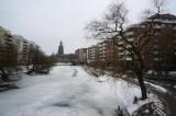 The river is frozen 結冰的河面