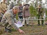 Arne Holmer, som skött sådd och plantering av nya mosippor demonstrerar