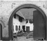 Binnenplaats hoeve bij St Gerlach, Valkenburg ad Geul ca. 1925