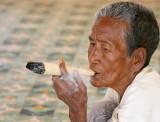 Femme fumant, dans un temple