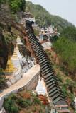 L'escalier couvert menant à la grotte