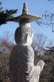 Bouddha dominant le site