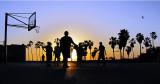 basketeurs au coucher du soleil