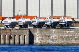 cinq bateaux mouches sur les quais