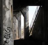 piliers de béton et escalier noir