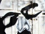 Les yeux noirs sur la porte de garage blanche