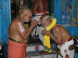 HH swamy honouring sri U[1].Ve mantrapushpam bAshyam swamy.jpg