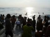 Devotees performing samudra snAnam after chakratAzhwazhwar snanam.jpg
